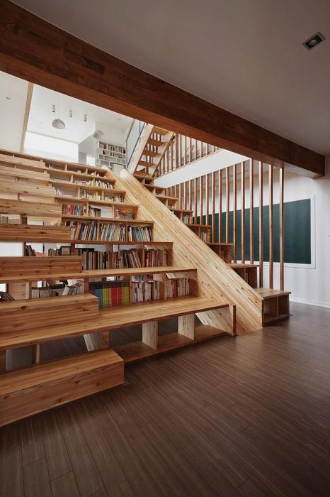 Пожалуй самое лучшее решение создать библиотеку-лестницу, что понравится и создаст больше пространства для чтения.