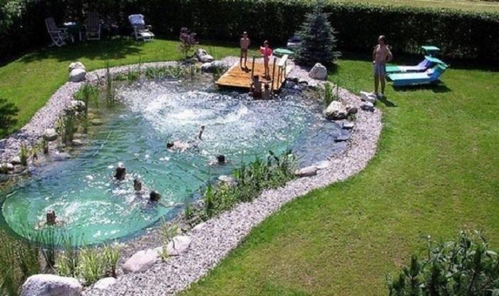 Хорошее решение создать такой не простой бассейн во дворе, что понравится и преобразит его.