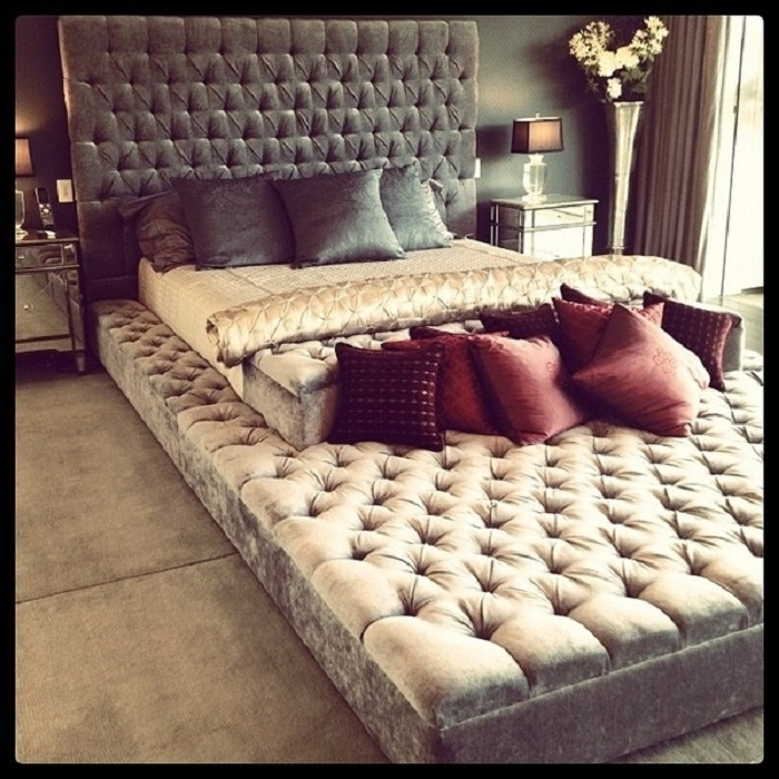 Красивое решение создать отличное настроение в спальной при помощи создания бесконечной кровати.