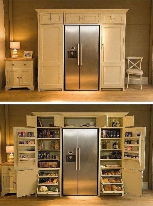 Прекрасное оформление холодильника при помощи кладовой, что зрительно спрятала его.