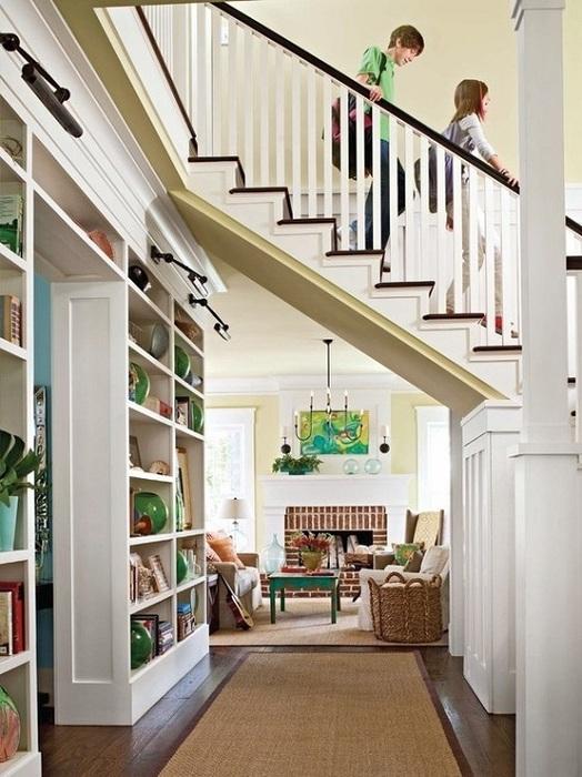 Оформление лестницы в комнате, что точно оптимизирует пространство.