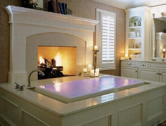 Необычное оформление ванной комнаты с камином, что очарует.