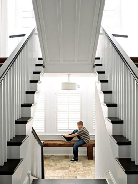 Классное решение создать лестницу, которая при поднятии вверх открывает скрытую комнату.