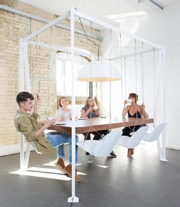 Оригинальное оформление стола со стульями-качелями по кругу, что явно преобразит интерьер.