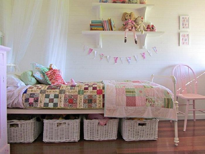 Хорошенький вариант оформить спальню с отменными ящиками под кроватью, что преобразят интерьер.