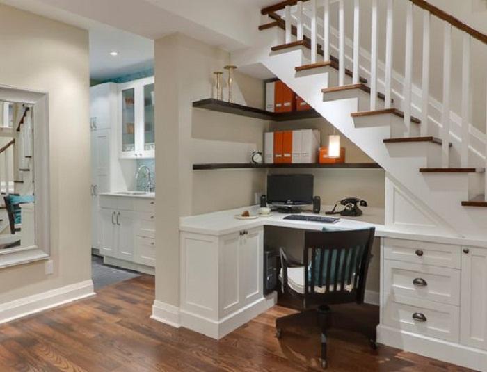 Интересное решение оформить пространство под лестницей, что будет выглядеть удачно и очень интересно.