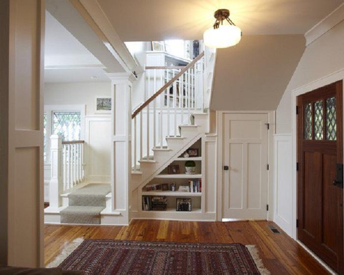 Просто крутое решение для декорирования пространства под лестницей, что выглядит очень интересно и практично.