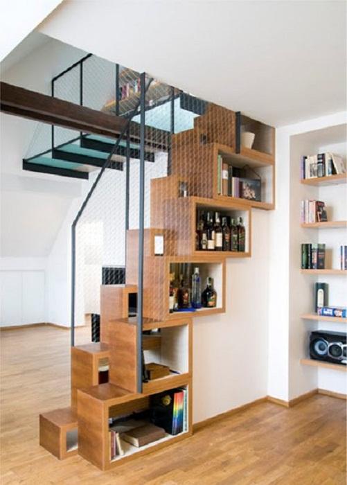 Хорошенький вариант создать дополнительное пространство в виде полок под лестницей, что точно понравится.