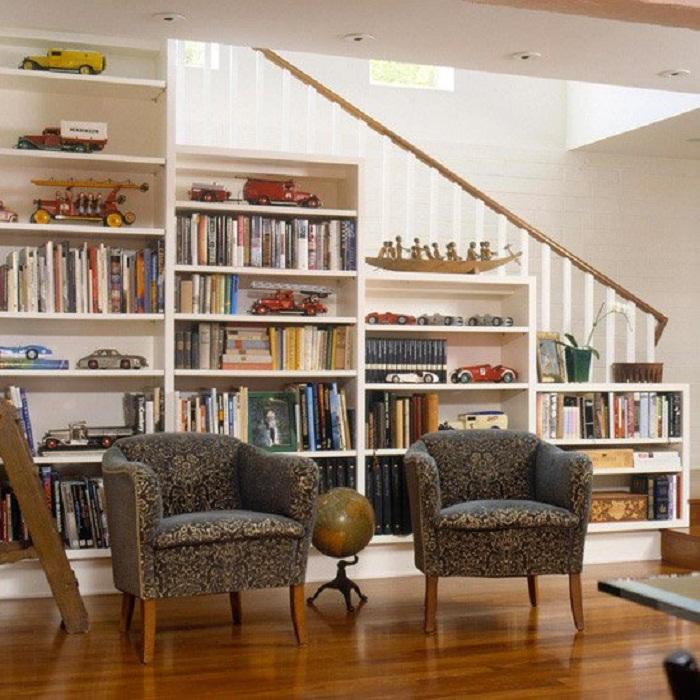 Просто крутое решение для оформления пространства под лестницей трансформировано под удачный шкаф.