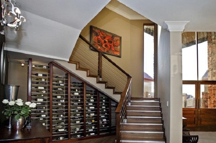 Нестандартный вариант оформления лестницы, что станет просто находкой и по максимуму преобразит её.