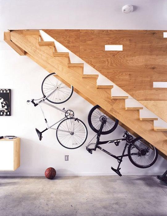 Непростое, но очень оригинальное решение для создания просто отменного интерьера при помощи удачного хранения велосипедов.
