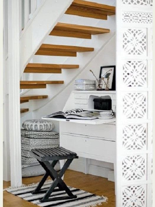 Удачное решение разместить местечко для отдыха под ступенями, что станет просто отличным вариантом декора.