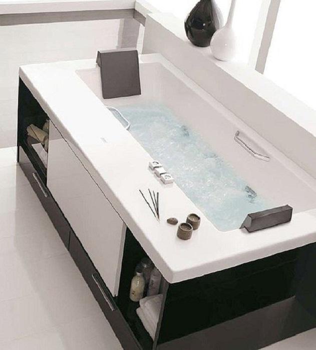 Крутое решение преобразить интерьер в ванной комнате и оформить её в черно-белых тонах.