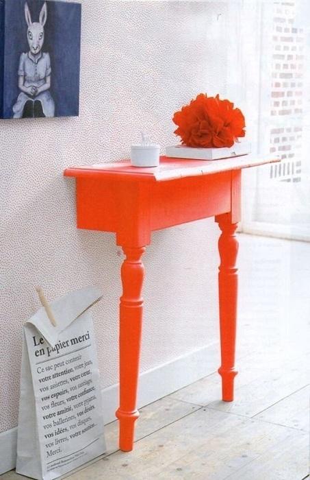 Хороший вариант создать мини-стол из половинки полноценного стола, что выглядит очень нестандартно.