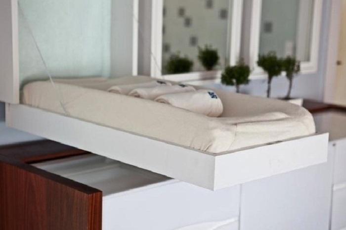 Хорошенький вариант оформления пеленального столика, что точно понравится и создаст комфортные условия.