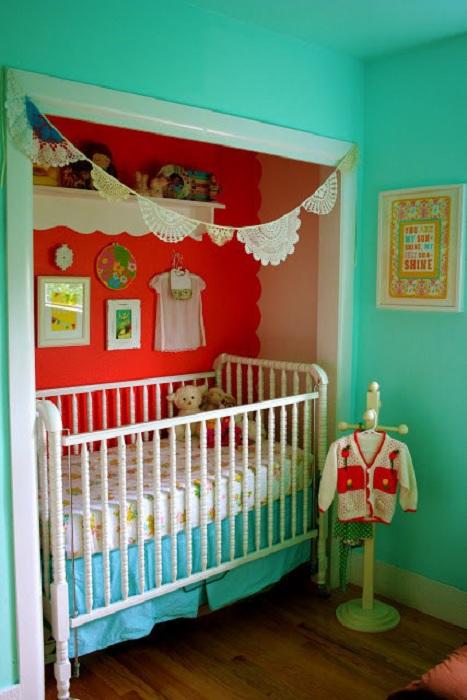 Отличный вариант оформления детской комнаты и удачное размещение в ней вещей для экономии площади.