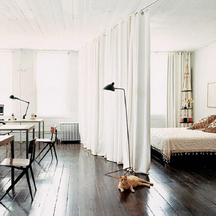 Хороший вариант оформления комнаты при помощи разделения пространства за счет применения штор.
