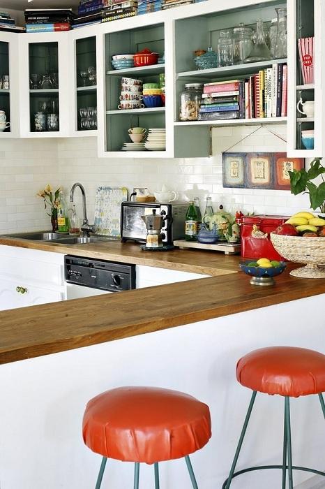 Использование открытых полок. что станет просто отличным и оригинальным вариантом для декорирования кухни.