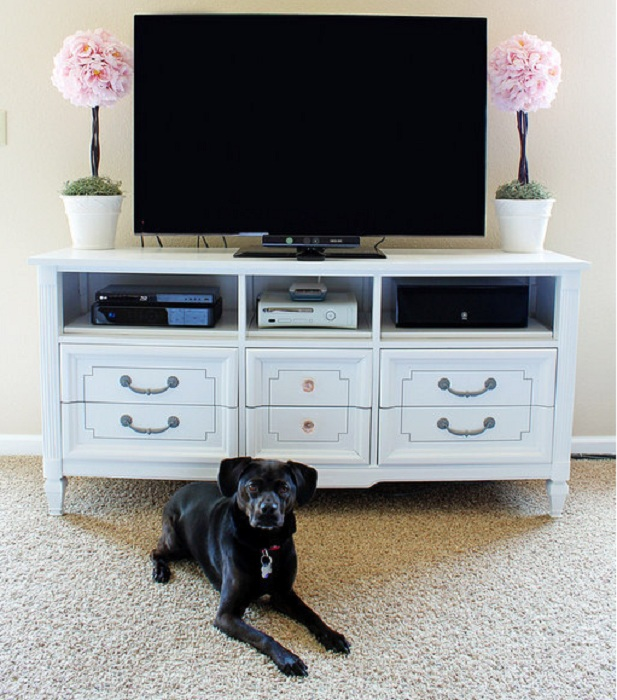 Чтобы сэкономить пространство возможно разместить телевизор на комоде, то что оптимизирует полезную площадь в комнате по максимуму.