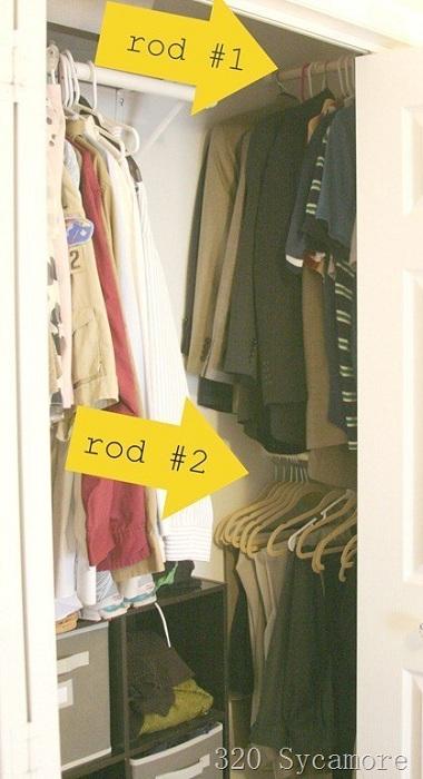Оригинальный и отличный вариант для экономии пространства при помощи расположения двойных вешалок в шкафу.