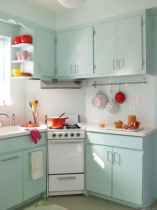 Прекрасный вариант оформления кухни с минимальной площадью, что станет не просто оригинальной, но и удобной.