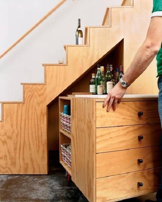 Отменное оформление места под лестницей, что позволит создать удачное оформление и по максимуму сэкономить пространство.