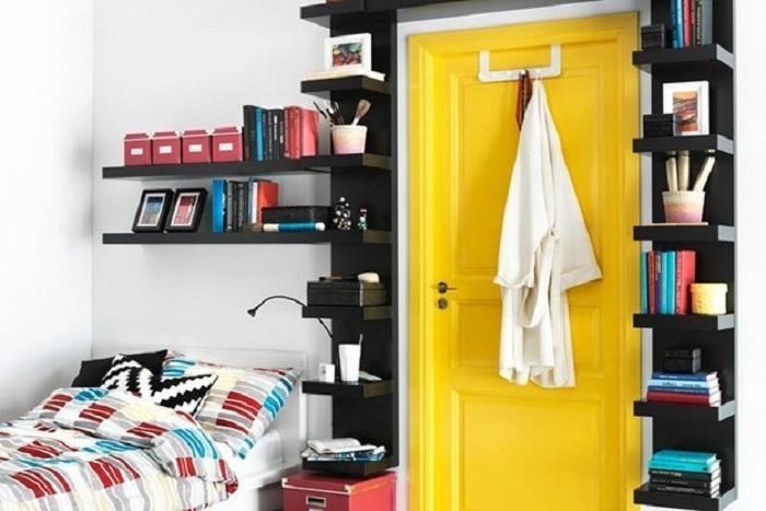 Просто хороший вариант оформления книжных полок около двери, что украсит интерьер и преобразит его.
