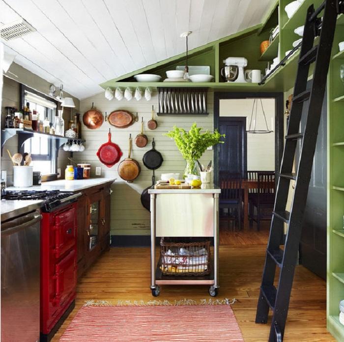 Отличный вариант преобразить интерьер кухни при помощи размещения в нем множества нужных элементов.