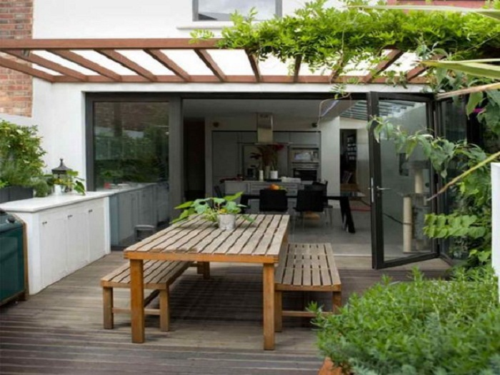 Размещение простого и удачного стола со стульями из дерева, что станет просто отличным вариантом.