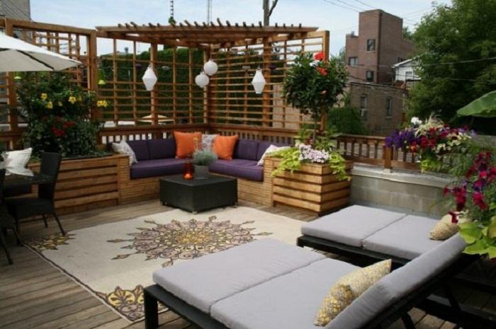 Яркий и хороший вариант чтобы создать самое лучшее решение для оформления крыши и места для отдыха на ней.