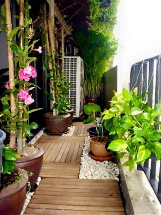 Хорошее решение для того чтобы обустроить и украсить интерьер балкона, что очень просто преобразит его.