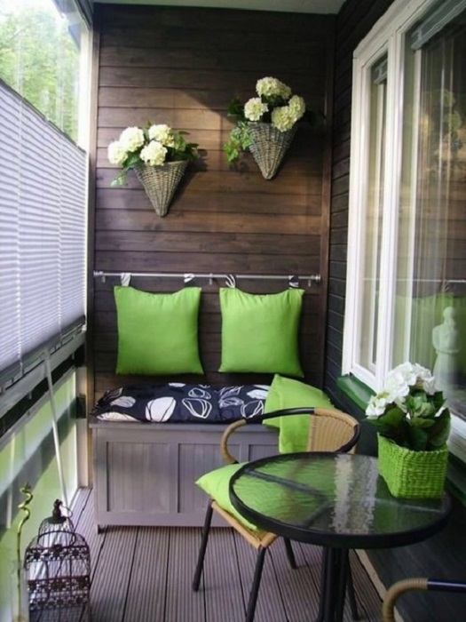Прекрасный вариант оформления балкона, что станет просто отменным решением для декорирования.