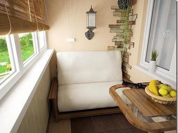 Удачное и оригинальное решение для создания мини-диванчика на балконе.
