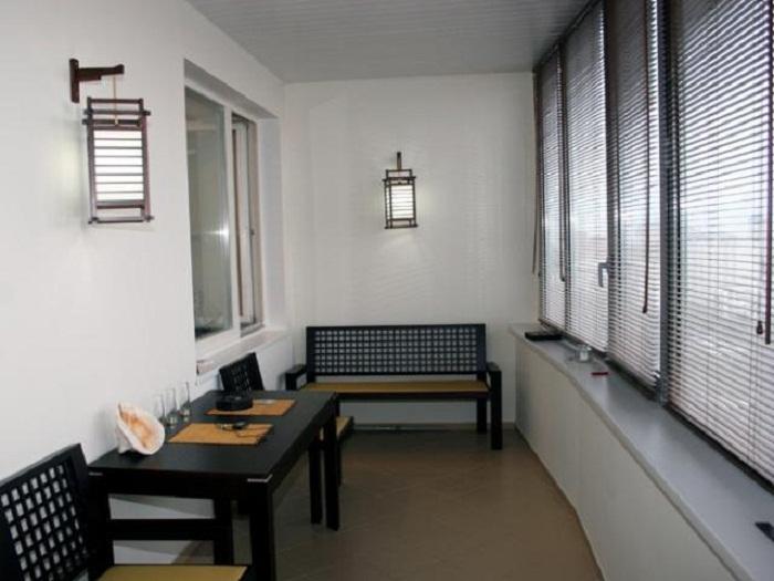 Оригинальный интерьер балкона обустроен специально для того чтобы проводить оптимально время за трапезой.