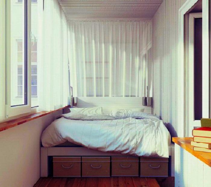 Отменное настроение создано благодаря хорошему решению в оформлении кровати на балконе.