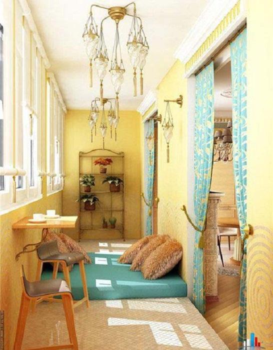 Удачный вариант обустройства балкона, в котором совмещены комфорт и уют.