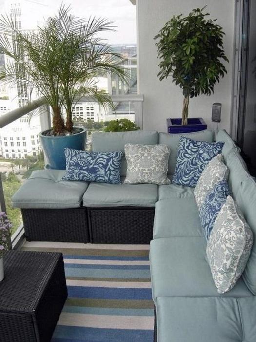 Прекрасный и просто отличный вариант создания такого комфортного диванчика на балконе.