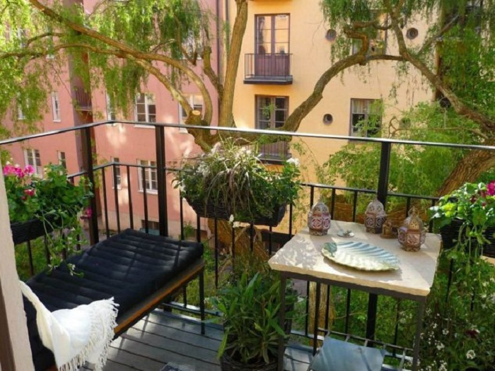 Балкон обустроен таким образом, что всё самое лучшее и самое приятное вмещено на такой маленькой площади.