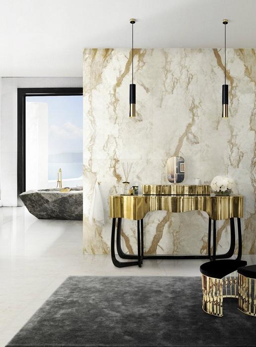 Прекрасный вариант преобразить интерьер ванной комнаты при помощи отличного её декора в золотом цвете с применением оригинальных светильников.
