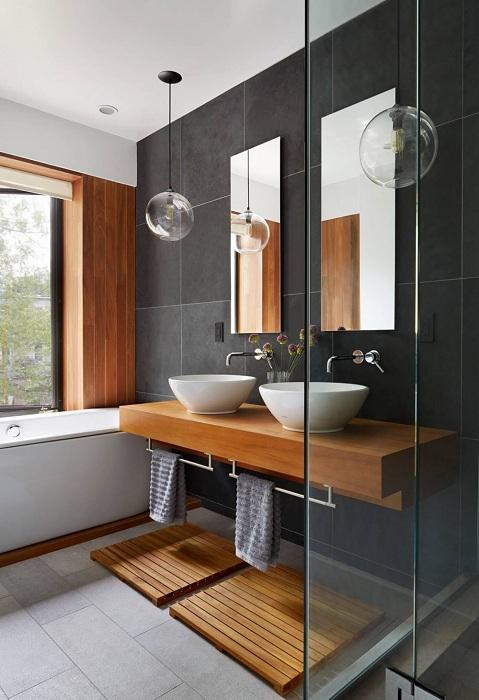 Просто шикарный вариант создать красивое оформление ванной комнаты с применением деревянных элементов.