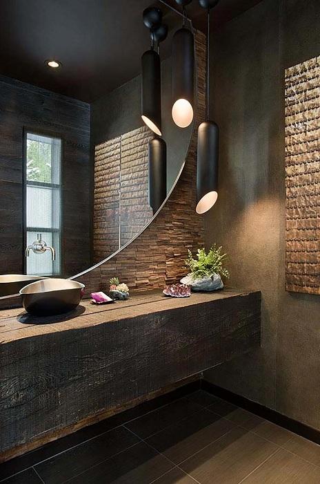 Хороший вариант оформления ванной с большим оригинальным зеркалом и прекрасным освещением, что уж точно понравится.