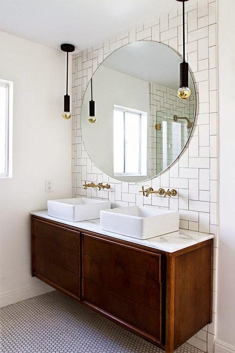 Интересный вариант оформления ванной комнаты в белом цвете с декорированием в дереве, что станет просто находкой.