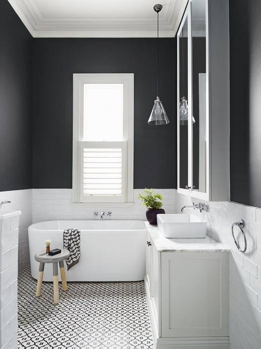 Оригинальный вариант оформления ванной комнаты в классическом черно-белом цвете, что смотрится очень красиво и прекрасно.