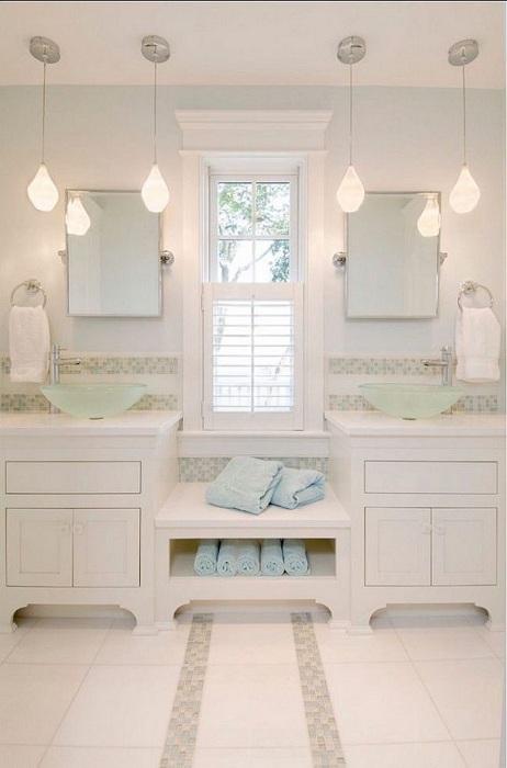 Хороший вариант оформления ванной комнаты в белоснежном цвете, что точно понравится и очарует с первого взгляда.