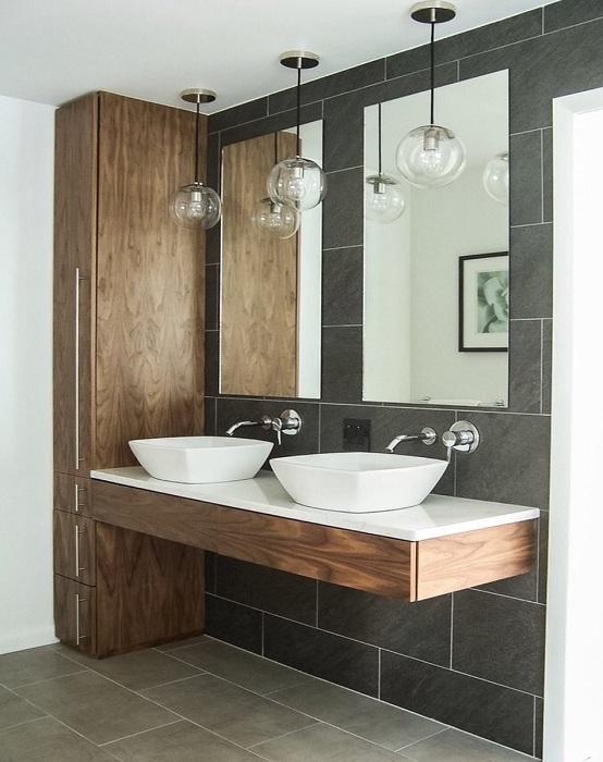 Прекрасный вариант оформить ванную комнату в темном цвете с применением деревянных ноток, которые создадут интересную атмосферу.