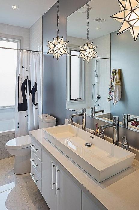Симпатичный декор комнаты при помощи прекрасных светильников в виде многогранных звезд, что создают оптимальное настроение в ванной.