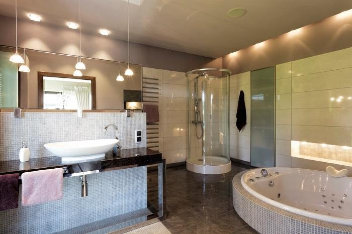 Отличный интерьер ванной комнаты, который станет просто отличным вариантом оформления комнаты с большим количеством огоньков.