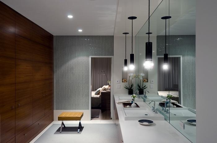 Просто шикарная атмосфера в ванной комнате в серых тонах с оригинальными светильниками.