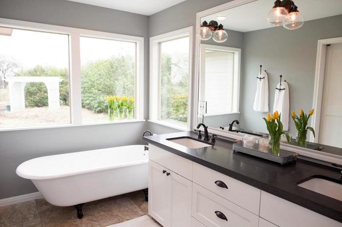 Оригинальный и интересный интерьер ванной комнаты в спокойных и простых тонах, которые преобразят обстановку.