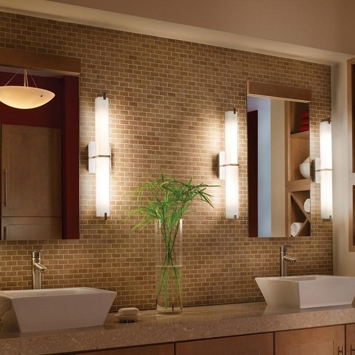 Просто прекрасный интерьер ванной комнаты, создан благодаря простому но интересному оформлению стены каменной кладкой с отличным освещением.